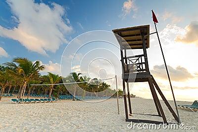 De hut van de badmeester op het Caraïbische strand