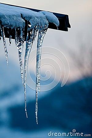 De ijskegelschemer van het dak