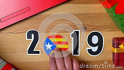 De illustratie, nieuw jaar, mannelijke hand zette op de lijst aangaande Catalaanse vlag, de bal van het land, 2019 stock footage