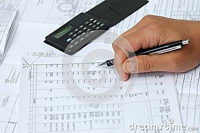 De ingenieur controleert berekeningen.