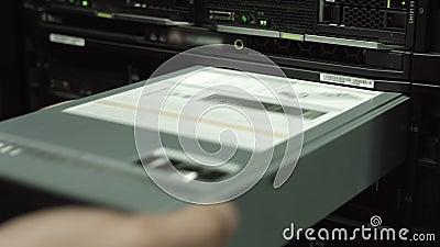 IT de ingenieur vervangt harde aandrijving in San stock footage