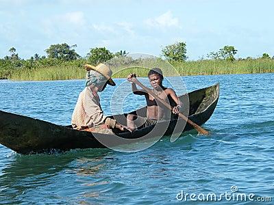 De inwoners die van madagascar rivier kruisen door kano redactionele