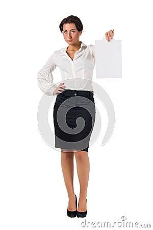 De jonge bedrijfsvrouw toont lege document pagina