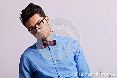 De jonge mens die van de manier glazen en vlinderdas draagt