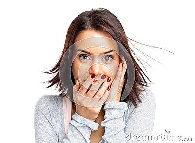 De jonge vrouw met overhandigt haar mond het lachen