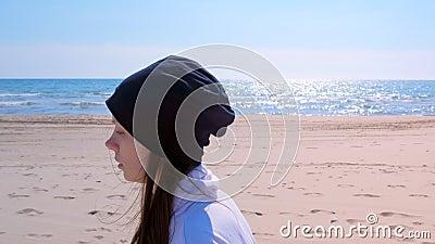 De jonge vrouw stoot in openlucht aan op van het overzeese pasvorm van de het portret jogger de in werking gestelde sport zandstr stock footage