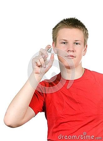De jongen, het parfum van de tiener bespuitende geur