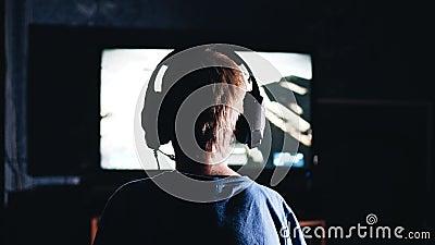 De jongen speelt een videospelletje De mening van de rug Groot plan kinderen` s vermaak stock videobeelden