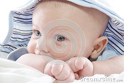 De Jongen van de baby in Blauwe Hoodie
