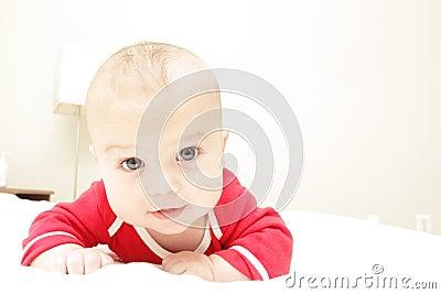 De Jongen van de baby op Bed, thuis
