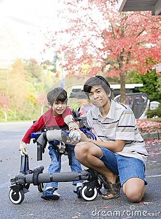 De jongen van de tiener met gehandicapt weinig broer in leurder
