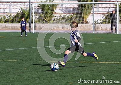 De jongens op het Voetbal van de Jeugd van de Stad van Alicante vormen tot een kom Redactionele Afbeelding