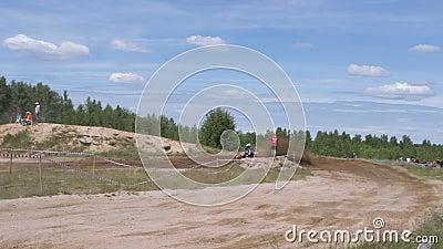 10 de junho de 2018 Federação Russa, região de Bryansk, Ivot - esportes extremos, motocross transversal O motociclista entra no video estoque