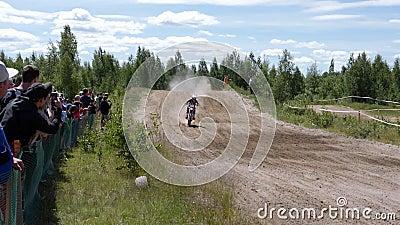 10 de junho de 2018 Federação Russa, região de Bryansk, Ivot - esportes extremos, motocross transversal O motociclista entra no vídeos de arquivo