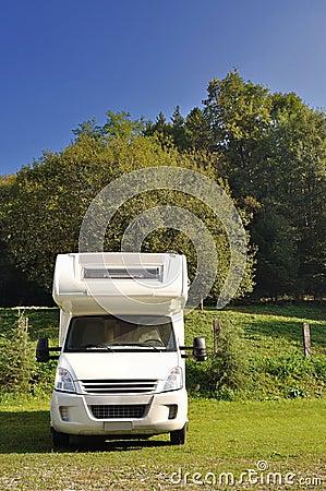 De kampeerauto parkeerde in een platteland