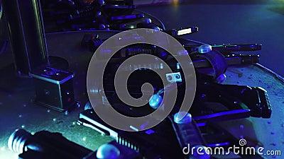 De kanonnen voor het spel van de lasermarkering op lijst in donkere ruimte van vermaak centreren stock videobeelden