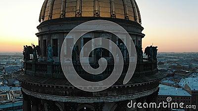 De kathedraal in hoge mate stijgt boven het oude kapitaal tegen zonsondergang stock videobeelden
