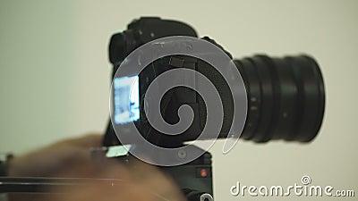 De kerel plaatst - omhoog de camera om de video te schieten stock footage