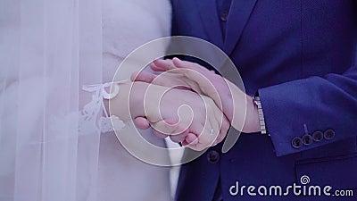 De kerel verwarmt zijn handen met zijn handen van zijn geliefd Sluit omhoog Wat betreft ogenblik stock footage