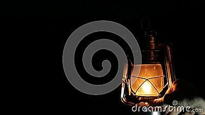 De kerosinelamp bij de nacht stock video