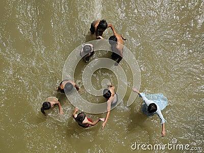 De kinderen spelen in water Redactionele Foto