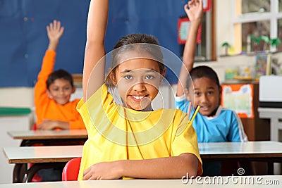 De kinderen van de lage school signaleren met opgeheven handen