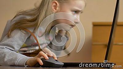De kleine kindhand houdt een computermuis op het scherm van laptop achtergrond Online onderwijs op afstand tijdens quarantaine en stock videobeelden