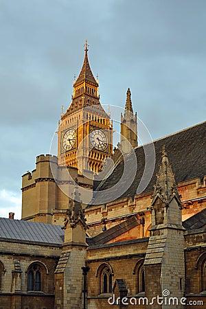 De klok van de Big Ben achter pieken van het parlement