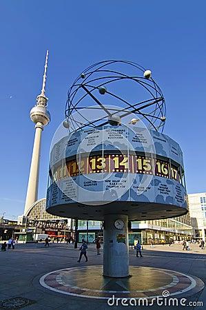 De klok van de wereld en TVtoren in Berlijn Redactionele Foto