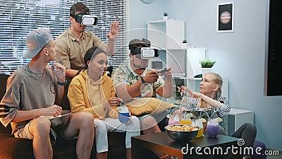 De knappe jongens die online spel in virtuele werkelijkheidsglazen spelen, één kerel wint de slag stock videobeelden