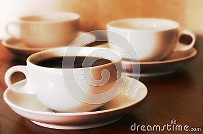 De koffie vormt (3) tot een kom