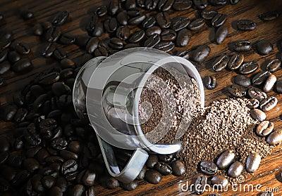 De koffiebonen van het geheel en van de grond