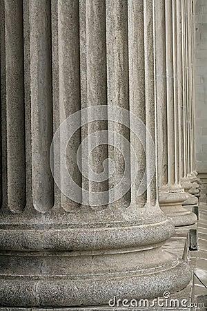 De kolommen van de steen van een gerechtelijk wetsgebouw