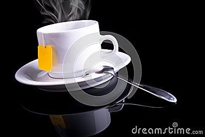 De kop van de thee met een lepel