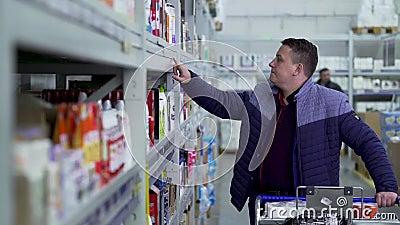 De koper kiest de goederen van de teller stock videobeelden
