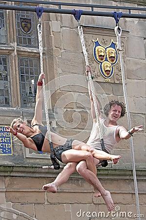 De Kunstenaars die van de trapeze in Straat presteren Redactionele Fotografie