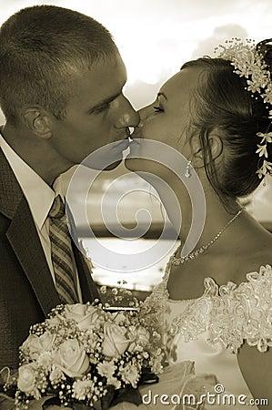 De kus van het huwelijk in colorous sepia