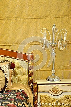 De lamp en het beddegoed van het meubilair