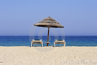 De lanterfanter van de zon op zandig mede strand,