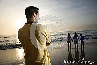 De lettende op familie van de mens bij strand