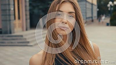 De leuke jonge vrouw op de straat bekijkt camera, steadicam schot Mooie van het de zomergezicht van de portretmanier vrouwelijke  stock footage