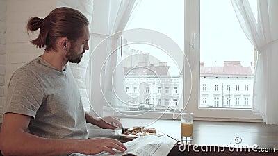 De Lezingskrant van de ontbijtmens, Drinkend Juice And Eating Food stock footage