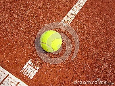 De lijn van de tennisbaan met bal