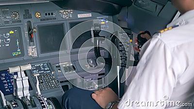 De loodsen die in een cockpit spreken, sluiten omhoog stock footage