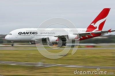 De Luchtbus van Qantas A380 in motie op baan. Redactionele Fotografie