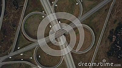 De luchthommel schoot over weguitwisseling, symmetrisch, bruggen en bewegende voertuigen stock footage