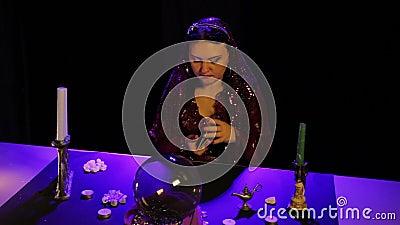In de magische salon door kaarslicht, schuifelt een zigeuner fortunetelling kaarten stock videobeelden