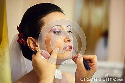 De make-up van de bruid