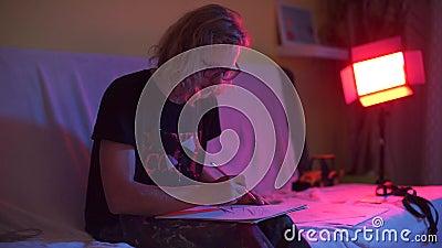 De man op het feestje maakt een tekening op papier stock videobeelden