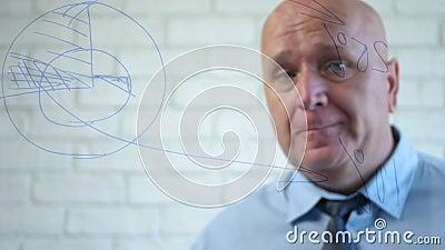 De Manager van het bureau die voor een Raad van de Glas denkt een Bedrijfsplan stock videobeelden
